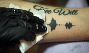 Θα τρελαθούμε εντελώς! Δείτε το τατουάζ που βγάζει… ήχους! (vid)