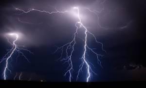 Καιρός ΤΩΡΑ: Ισχυρή καταιγίδα στην Αθήνα – Βροχοθύελλες σε όλη την Ελλάδα