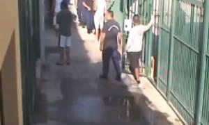 Σοκ στις φυλακές: Στη δημοσιότητα βίντεο με άγριο ξυλοδαρμό δεσμοφύλακα απο κρατούμενο