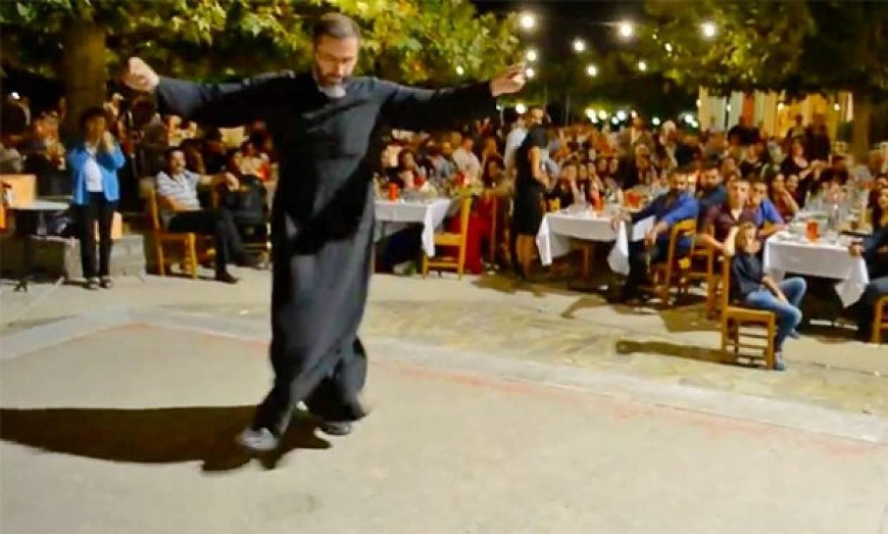Κρητικός ιερέας ξεσήκωσε εκδήλωση χορεύοντας ανωγειανό πηδηχτό! (video)