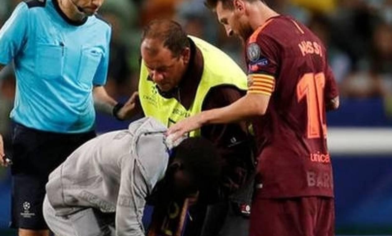 Η στιγμή που ο Μέσι τα χάνει, όταν θαυμαστής του μπαίνει στο γήπεδο και του φιλά το πόδι... (video)