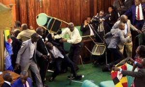 Πανδαιμόνιο στην Βουλή της Ουγκάντας: Απίστευτο ξύλο με μπουνιές κλωτσιές και… ξιφομαχίες! (video)