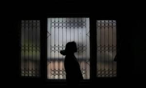 Ανατριχίλα! Το «φάντασμα» της μαυροντυμένης γυναίκας που στοιχειώνει τις γειτονιές