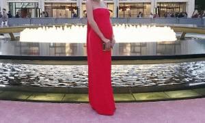 Λάμπει! Με κόκκινο φόρεμα και αρκετά φουσκωμένη κοιλίτσα η φώτο που δημοσίευσε στο Instagram