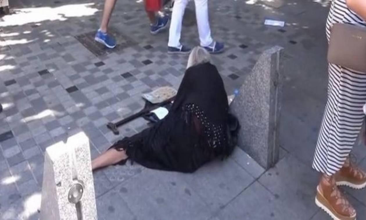 Αυτή είναι η ιστορία πίσω από την μαυροφορεμένη γιαγιά που ζητιανεύει στους δρόμους