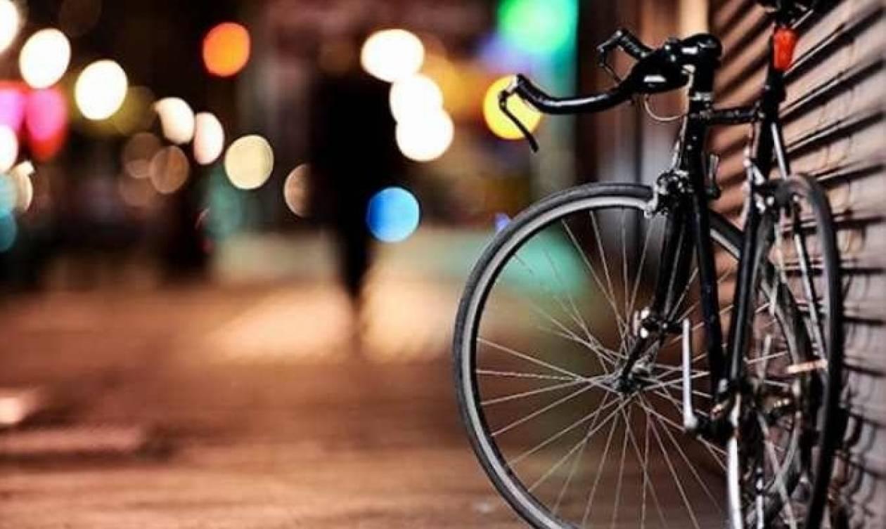 Δεν θα πιστεύετε πού πάρκαρε το ποδήλατό του (Και όχι, δεν ακουμπούσε στο έδαφος!)