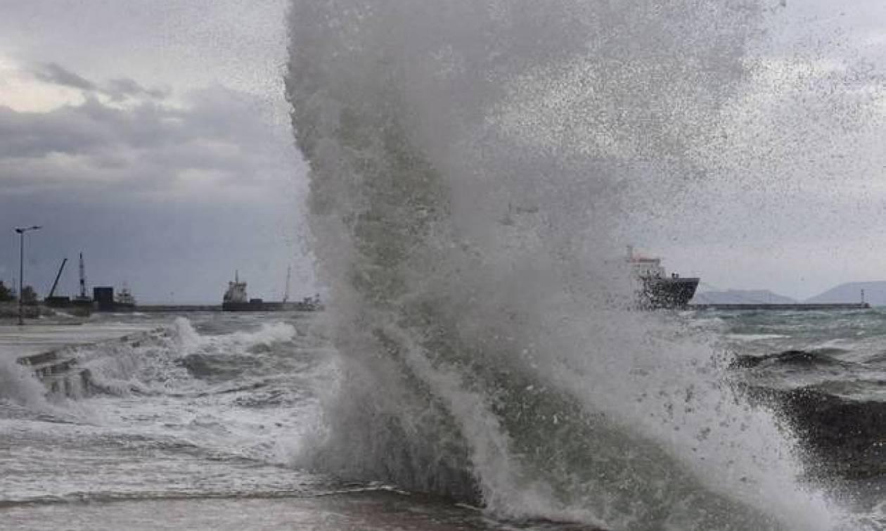 Καιρός ΤΩΡΑ: Θυελλώδεις άνεμοι σαρώνουν το Αιγαίο – Πού θα βρέξει τις επόμενες ώρες