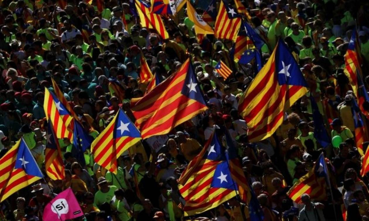 Καταλονία LIVE: «Μάχη» για το δημοψήφισμα - Φορτηγά της εθνοφρουράς στα εκλογικά τμήματα (pics)