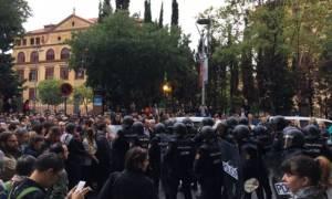 Δημοψήφισμα Καταλονία LIVE: Εκρηκτικό κλίμα - Επεισόδια μεταξύ αστυνομίας και ψηφοφόρων