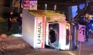 Συναγερμός στον Καναδά: Έριξε το φορτηγό του σε πεζούς και μαχαίρωσε αστυνομικό (pics+vid)