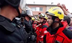 Καταλονία: Άγριο ξύλο των αστυνομικών σε πυροσβέστες συναδέλφους τους (vids)