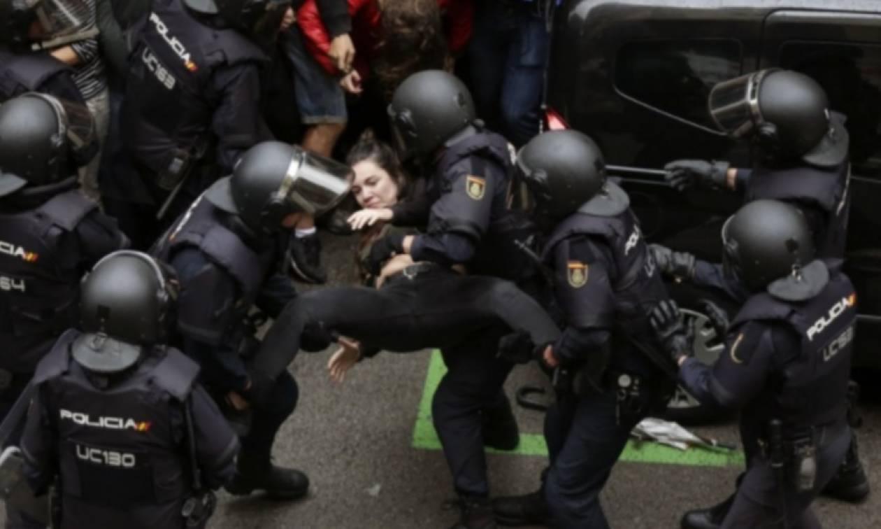 Αδιανόητο βίντεο: Αστυνομικός σπάει τα δάχτυλα γυναίκας στην Καταλονία