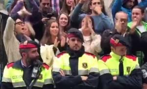Συγκλονιστικό βίντεο: Αστυνομικός ξεσπά σε λυγμούς τη στιγμή των επεισοδίων στην Καταλονία