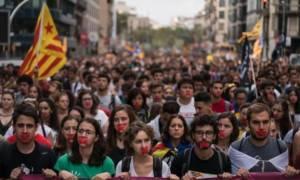 Καταλονία - Σοκάρει μαρτυρία: Μας απείλησαν ότι θα μας σπάσουν τα δάχτυλα (vid)