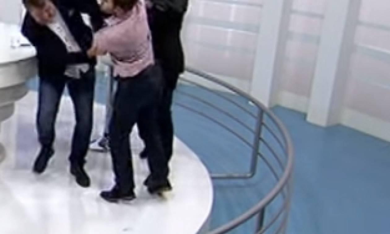 Βίντεο - σοκ: Πολιτικοί έπαιξαν ξύλο στον αέρα εκπομπής