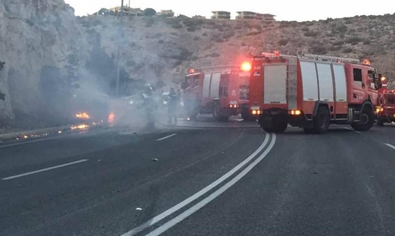 Βάρκιζα: Αυτοκίνητο τυλίχθηκε στις φλόγες μετά από τροχαίο