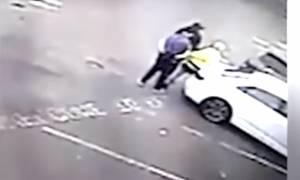 Σοκ: Άφησε αναίσθητο τον παρκαδόρο επειδή του ζήτησε να πληρώσει 3,5 ευρώ! (video)