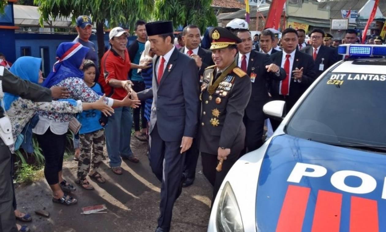 Πρόεδρος χώρας περπάτησε όπως οι «κοινοί θνητοί» λόγω μποτιλιαρίσματος (vid)