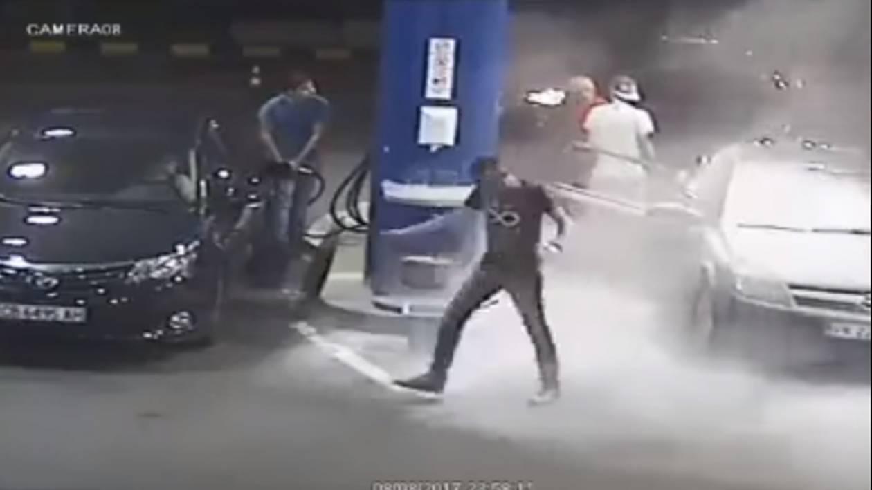 ΣΟΚ! Δείτε τι έπαθε ο τύπος που μπήκε στο βενζινάδικο με το τσιγάρο στο στόμα!