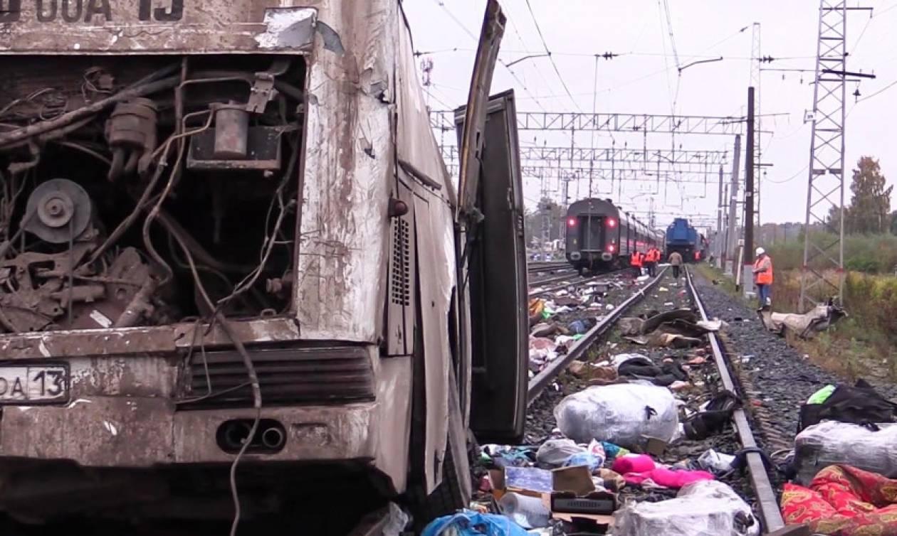 Ασύλληπτη τραγωδία στη Ρωσία: 16 νεκροί και δεκάδες τραυματίες από σύγκρουση λεωφορείου με τρένο