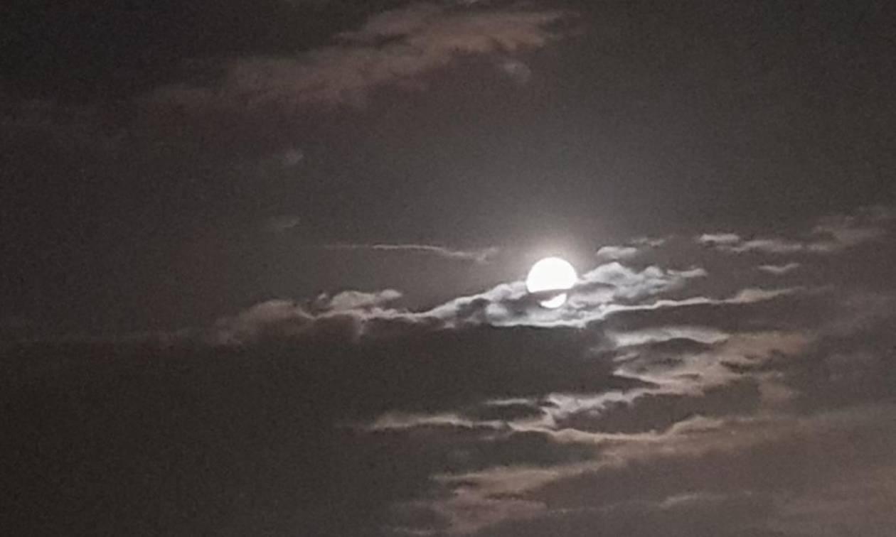 Harvest Moon: Εσείς είδατε το μοναδικό φαινόμενο που... φώτισε το χθεσινό ουρανό (photos)