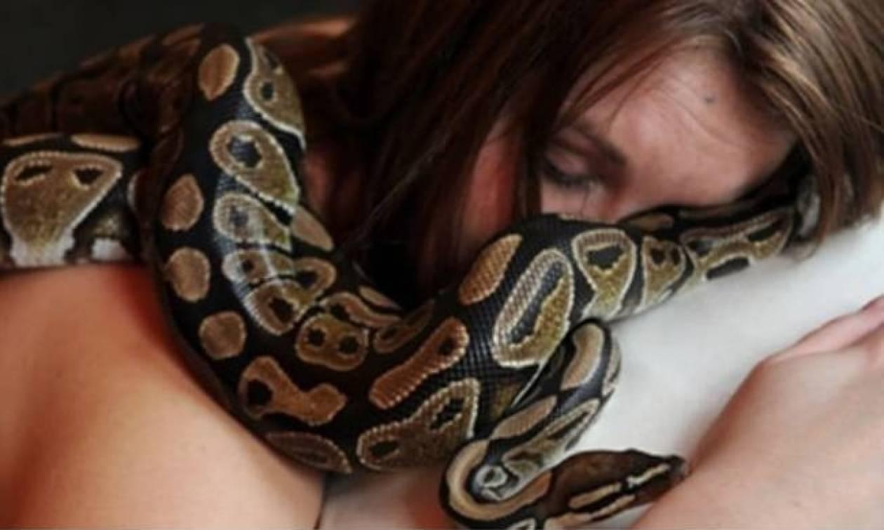 Κοιμόταν κάθε βράδυ αγκαλιά με φίδι μέχρι που οι γιατροί της αποκάλυψαν τη σοκαριστική αλήθεια