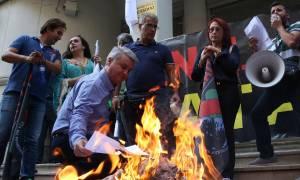 Νοσηλευτές έκαψαν τα πτυχία τους έξω από το υπουργείο Υγείας (pics)