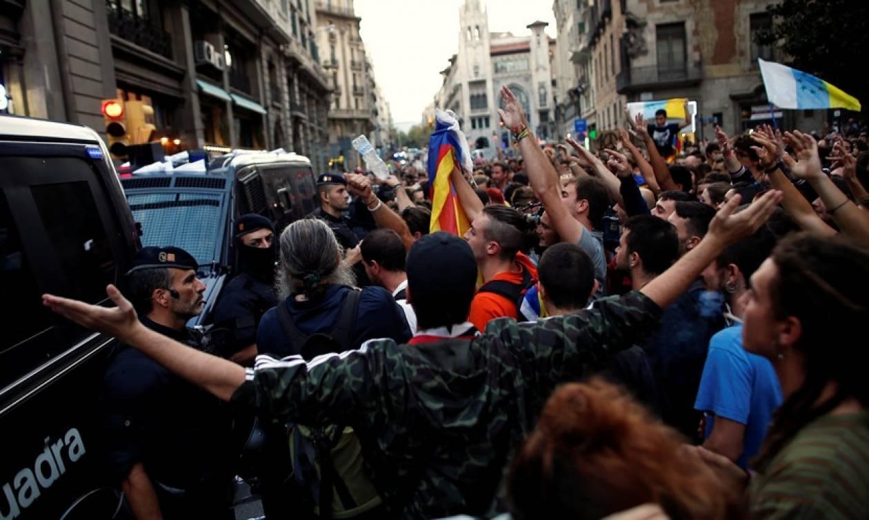 Σε γεωπολιτική δίνη η Ισπανία: Χιλιάδες διαδηλωτές σε Μαδρίτη και Βαρκελώνη για την Καταλονία