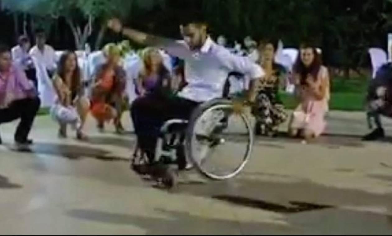 Παλικάρι χορεύει ζεϊμπέκικο σε αναπηρικό καροτσάκι και προσφέρει μάθημα ζωής σε όλους! (video)