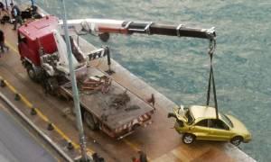 Η στιγμή που βγάζουν από το Θερμαϊκό το αυτοκίνητο που έπεσε την Παρασκευή στη θάλασσα