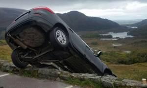 Σοκαριστικές εικόνες: Αυτοκίνητο σταμάτησε στο χείλος του γκρεμού!