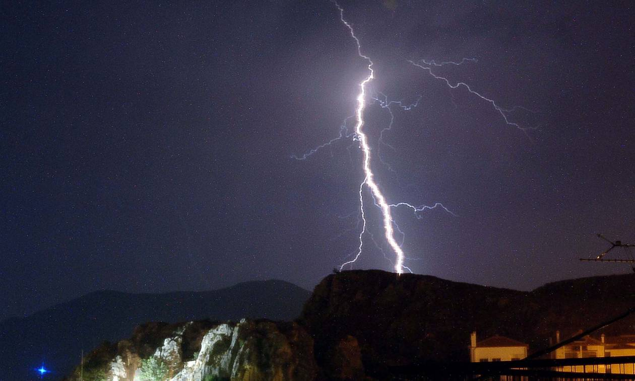 «Άνοιξαν» οι ουρανοί στην Αττική: Σφοδρή καταιγίδα στο κέντρο της Αθήνας