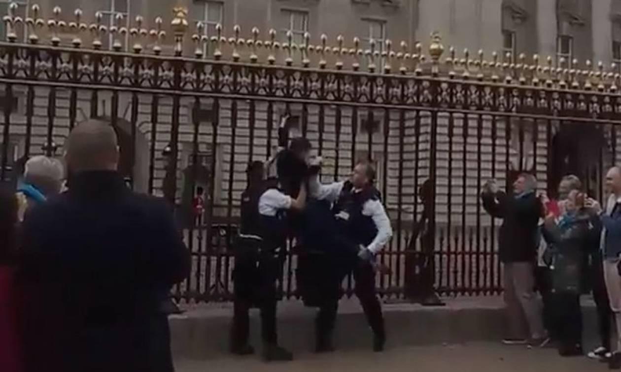 Βρετανία: Συνελήφθη 30χρονη που σκαρφάλωσε στις πύλες του Μπάκιγχαμ (vid)