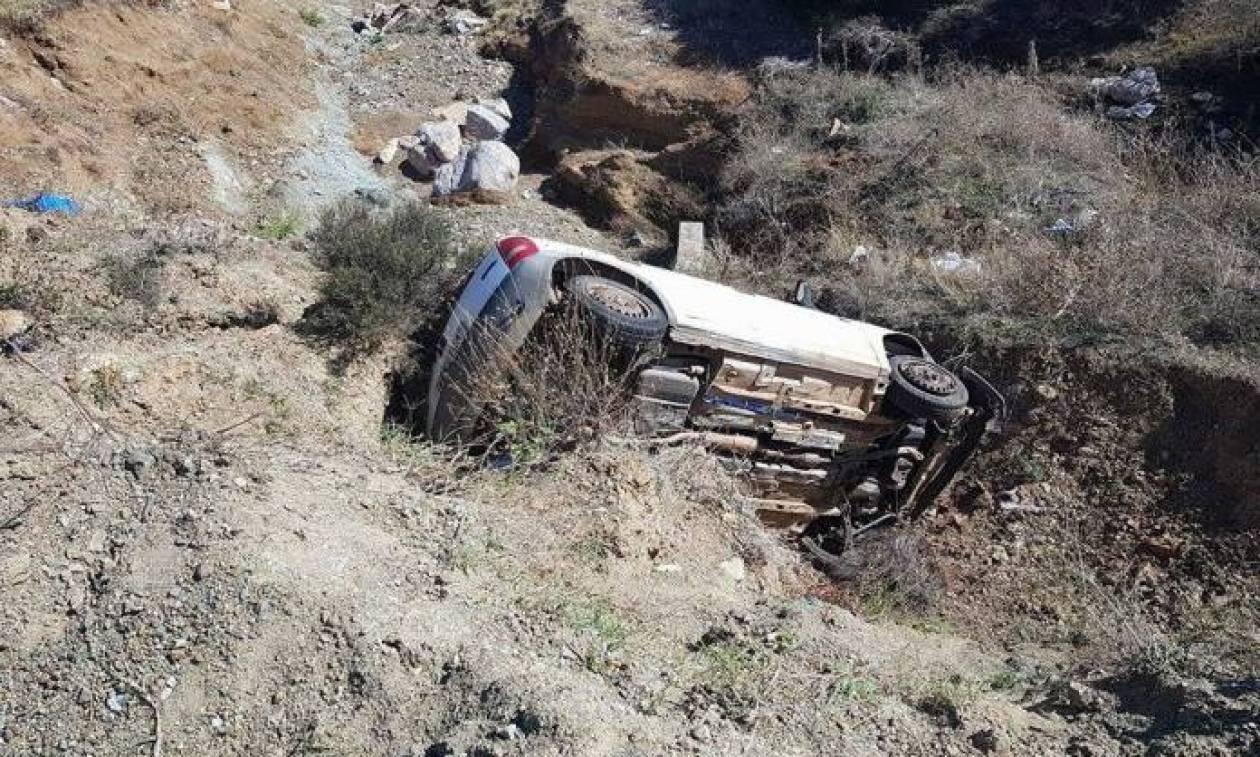 Από θαύμα γλίτωσαν στα Φάρσαλα όταν το αυτοκίνητό τους έπεσε στο γκρεμό (pics)