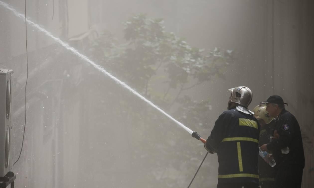 Φωτιά σε κτήριο στη Γλυφάδα - Καταστράφηκαν εννέα οχήματα!