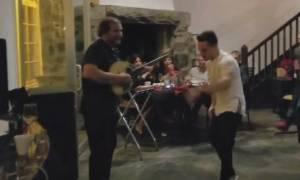 Λευτέρης Πετρούνιας: Ξεσάλωσε ο παγκόσμιος πρωταθλητής! Δείτε το ζεϊμπέκικο που χόρεψε! (vid)