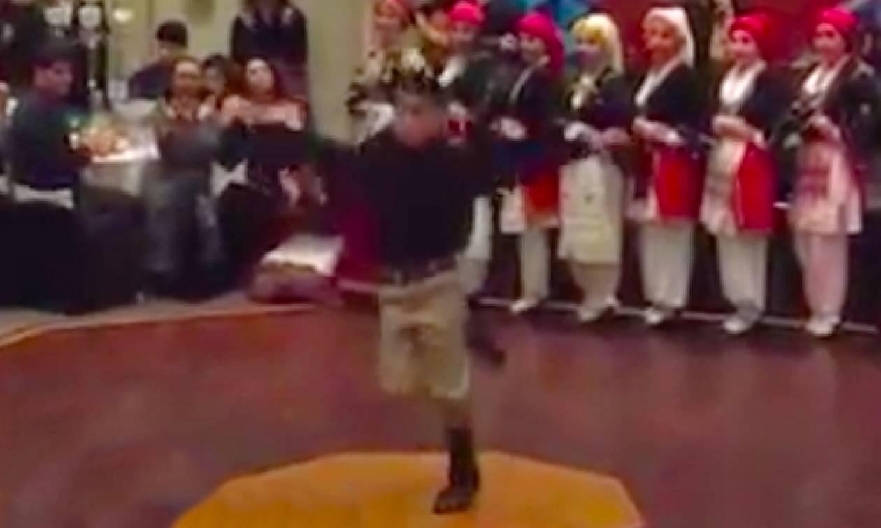 Καμαρώστε το κοπέλι που χόρεψε Ανωγειανό Πηδηχτό και τρέλανε κόσμο με τις φιγούρες του (video)