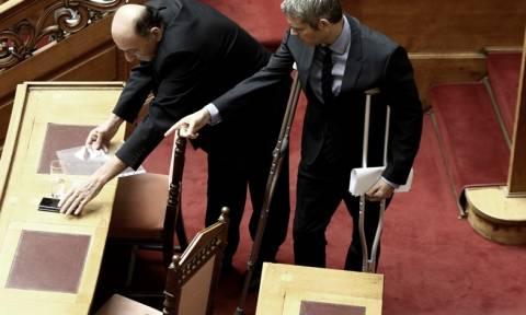 Με πατερίτσες στη Βουλή ο Κώστας Καραγκούνης – Τι συνέβη; (pics)