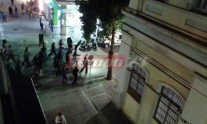 Χαμός στην Πάτρα με «βροχή» από πέτρες: Επίθεση αντιεξουσιαστών σε δυνάμεις της αστυνομίας