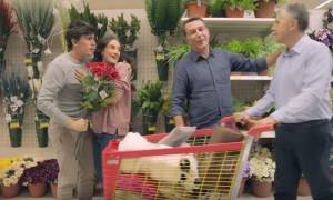 Σάλος με το βίντεο του Jumbo που εμφανίζει ζευγάρι ομοφυλόφιλων να κάνει ξένοιαστο τις αγορές του