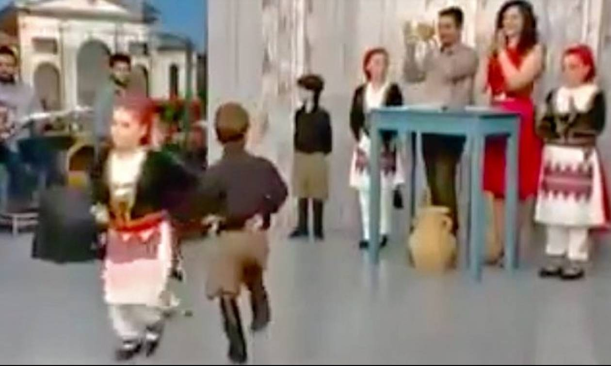 Έξι ετών παιδάκια χόρεψαν τέτοια σούστα που δεν θα «φτάνουν» ούτε μεγάλοι! (video)
