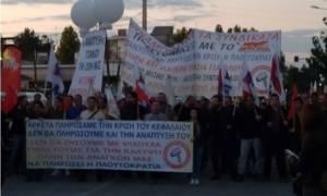 Λάρισα: Με πανό και αποδοκιμασίες «καλωσόρισαν» τον Τσίπρα
