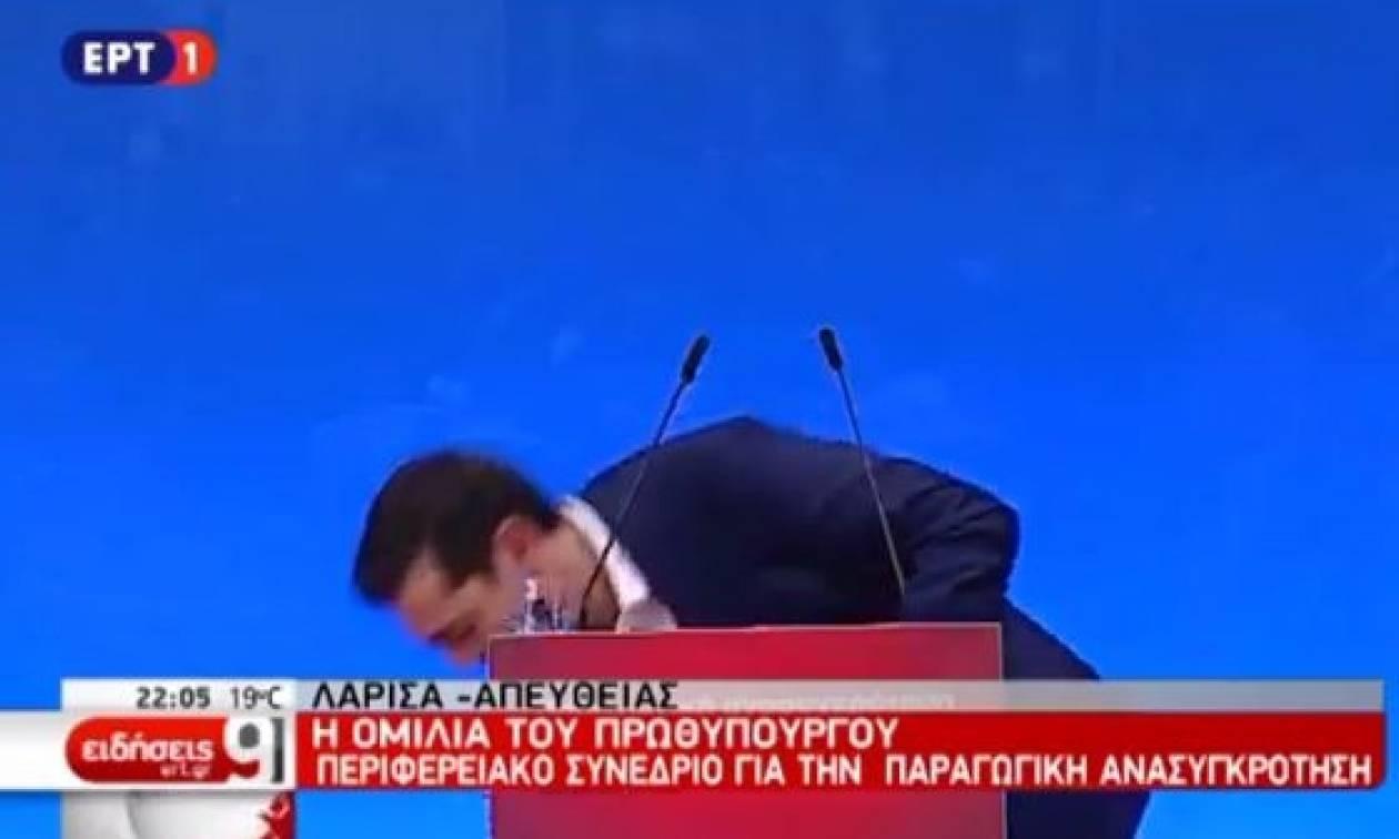 Ατύχημα για τον Τσίπρα κατά τη διάρκεια της ομιλίας του - «Έσκασαν» στα γέλια οι υπουργοί του (vid)