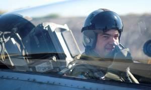 H πτήση του Τσίπρα με F-16 - Δείτε τον πρωθυπουργό με στολή πιλότου (pics & vid)
