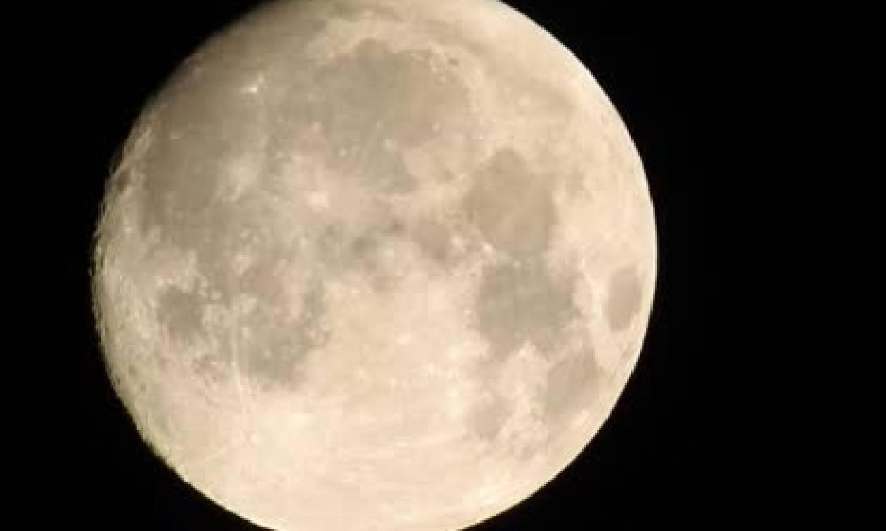 Εκανε ζουμ στη σελήνη με την κάμερά του και τα... βλέπουμε όλα (video)