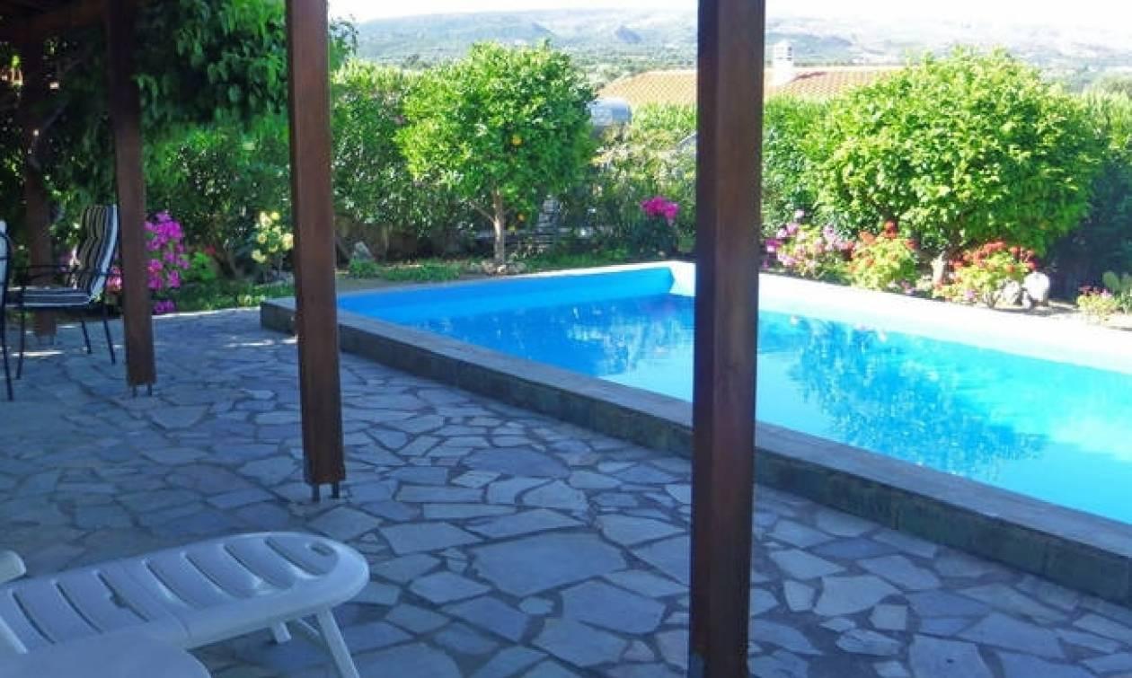 Σκάνδαλο: Πρώην κυβερνητικό στέλεχος έχτισε παράνομα πισίνα