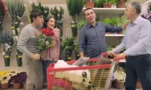Πατέρας 4 παιδιών «τσακίζει» τα Jumbo και τη διαφήμιση με το ζευγάρι ομοφυλόφιλων