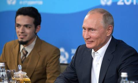 Путин рассказал молодежи о работе на благо других и платной медицине