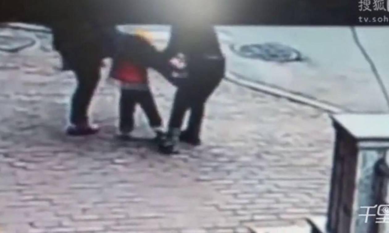 Βίντεο - σοκ: Η ανατριχιαστική στιγμή που απαγωγέας αρπάζει παιδί μέσα από τα χέρια του πατέρα