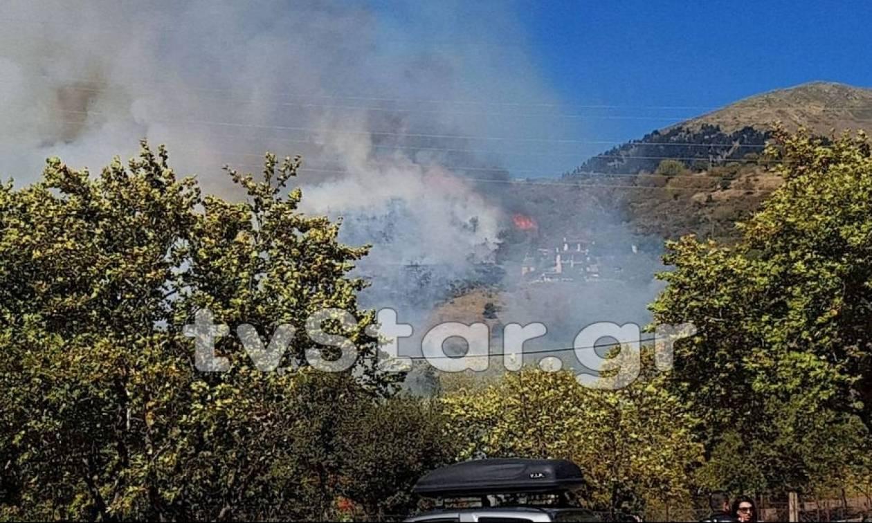 Μεγάλη φωτιά στο Καρπενήσι - Απειλούνται σπίτια και ξενοδοχεία